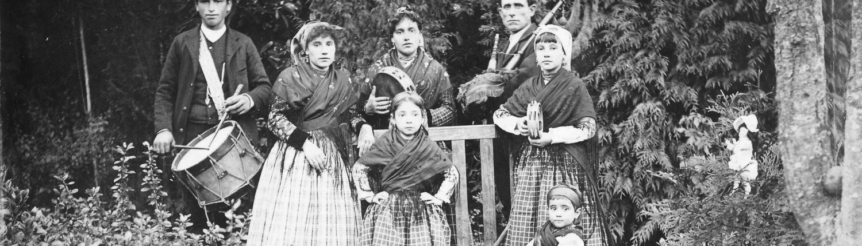 Gaitero, tamborilero y niñas con panderetas, h. 1895
