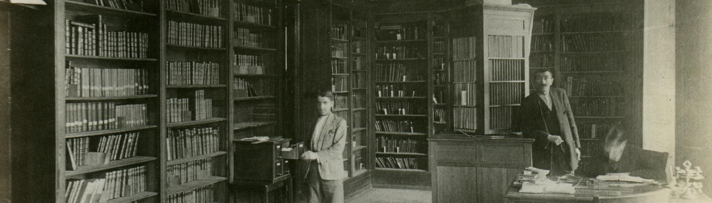 Tres hombres en una biblioteca, h. 1925